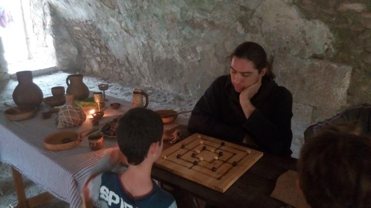 גרגורי מרגוליס משחק בכמה משחקי לוח מדיאבליים שונים בו זמנית, וגם מוצא זמן לענות למבקרים. צילום: יונתן צור